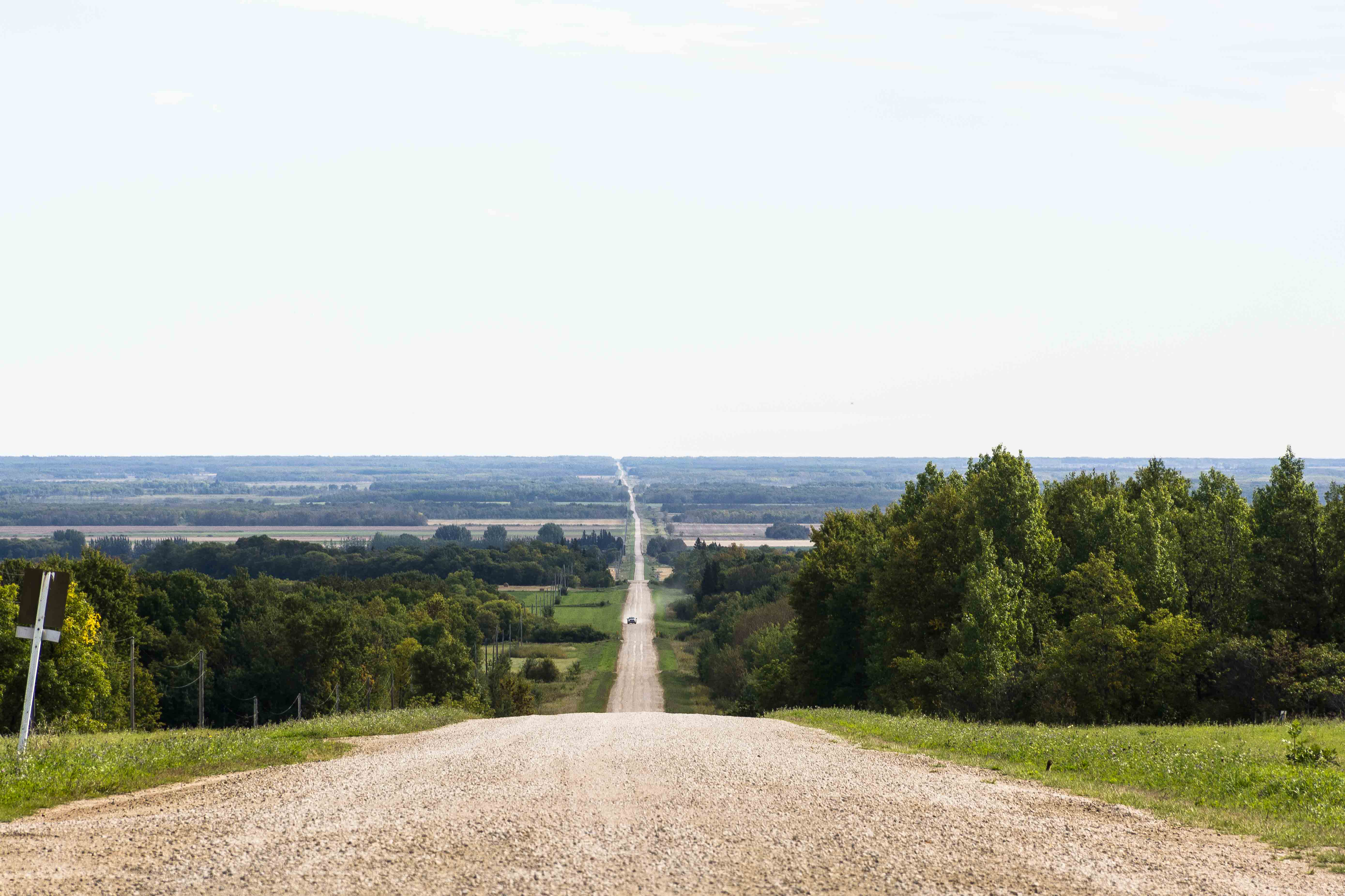 Weites Land in Manitoba. Straße in den Riding Mountain National Park im Westen Manitobas. Foto: Flora Jädicke