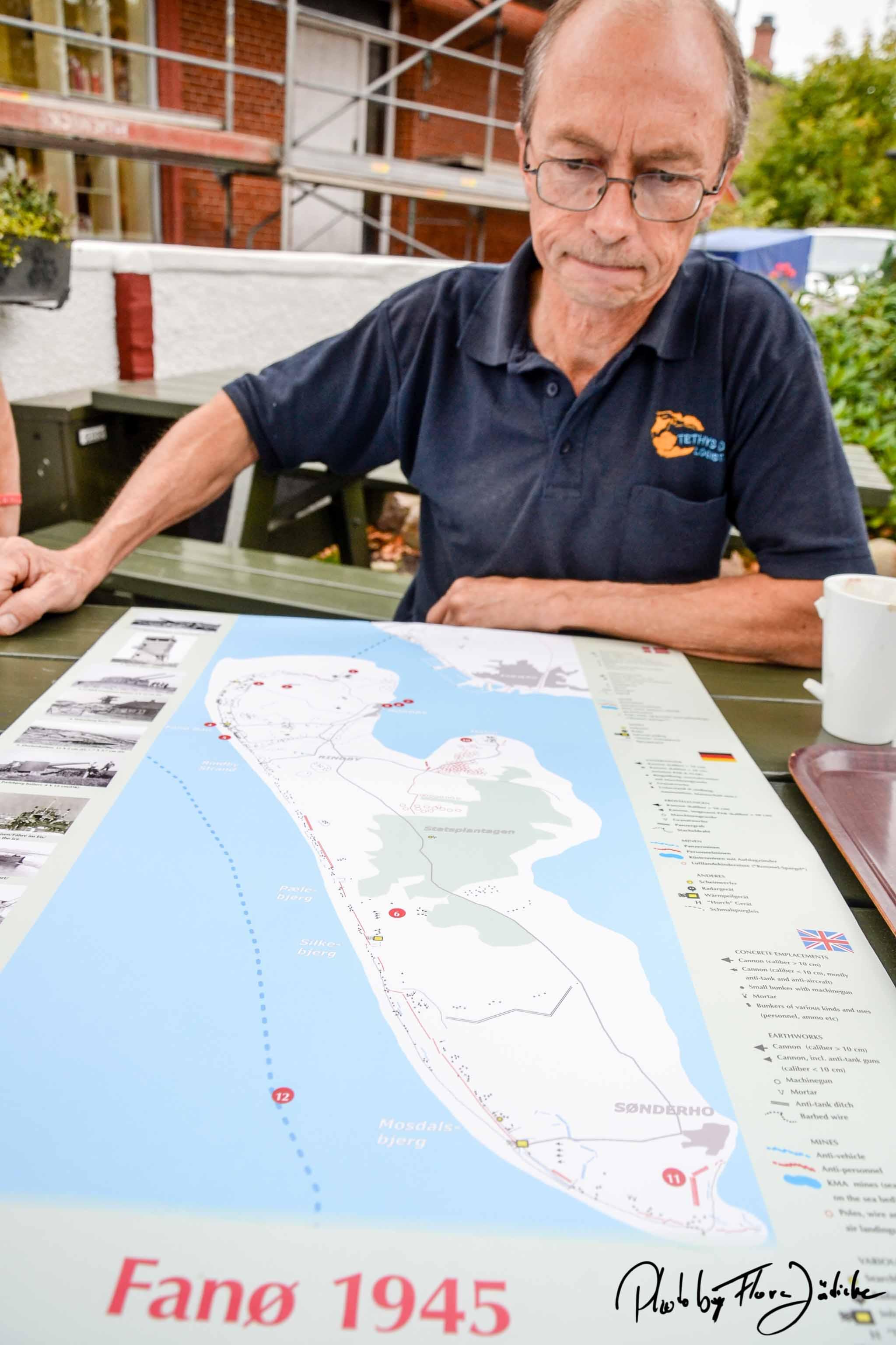Henning erklärt Militärstellungen auf der Fanø Karte von 1945.