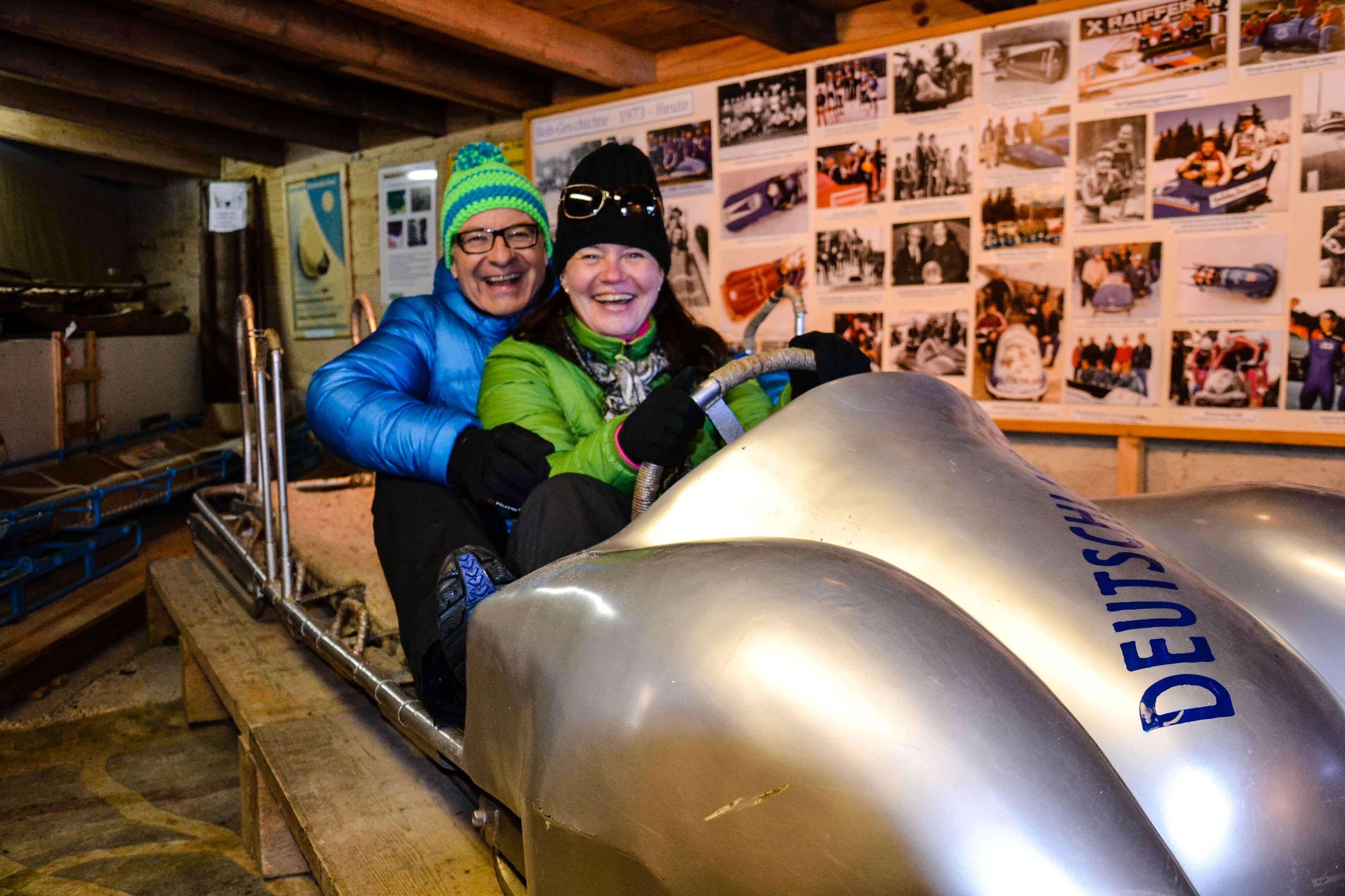Mit dem ehemaligen Bobrennfahrer Wolfgang Hostmann im deutschen Siegerbob bei den Olympischen Spielen von Oslo. Foto: Jens Rümmler