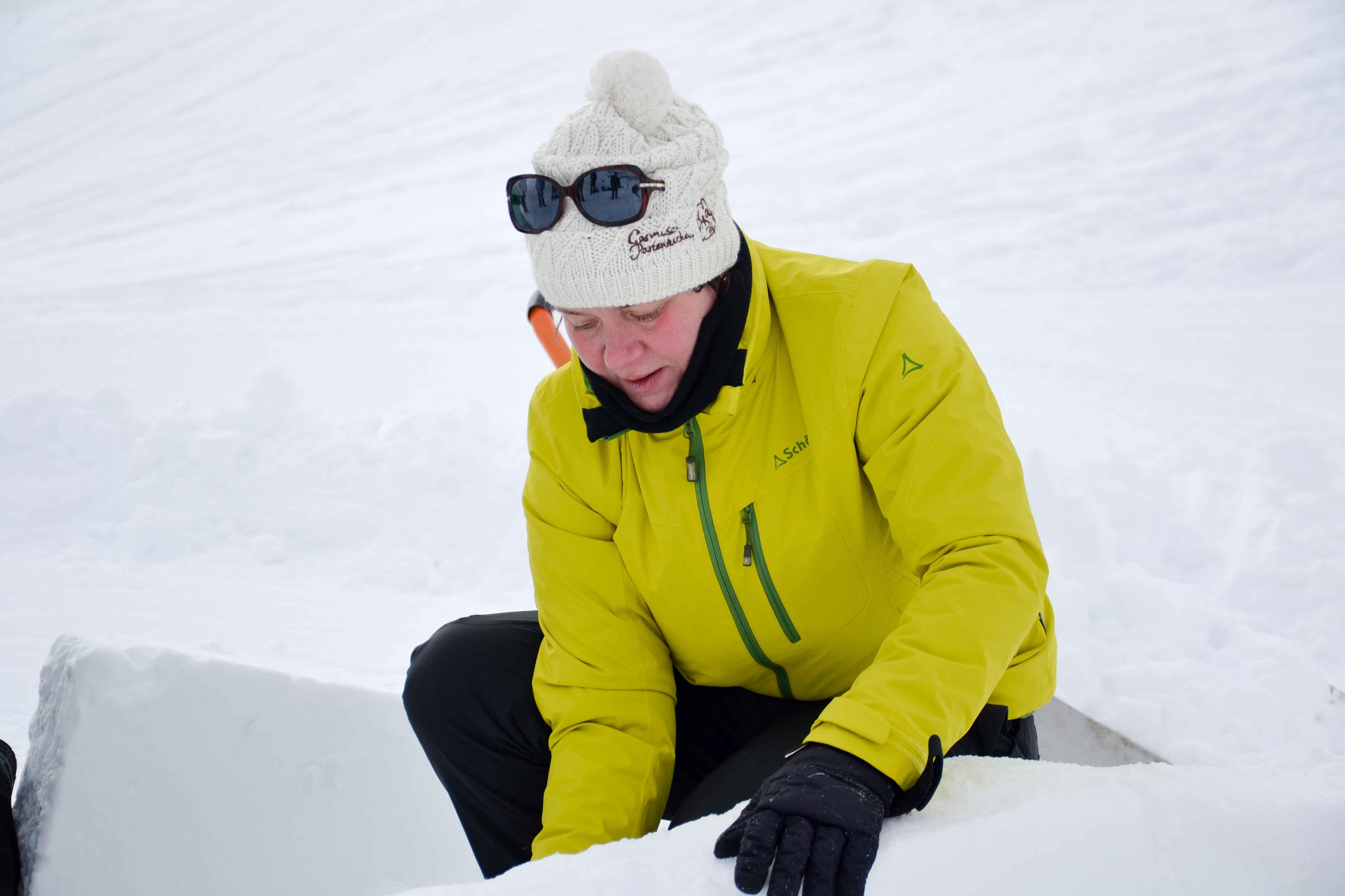 Viel Bewegungsfreiheit beim Iglubauen auf der Zugspitze trotz zwei ZipIn-Jacken in einer. Foto: Birgit Pielen