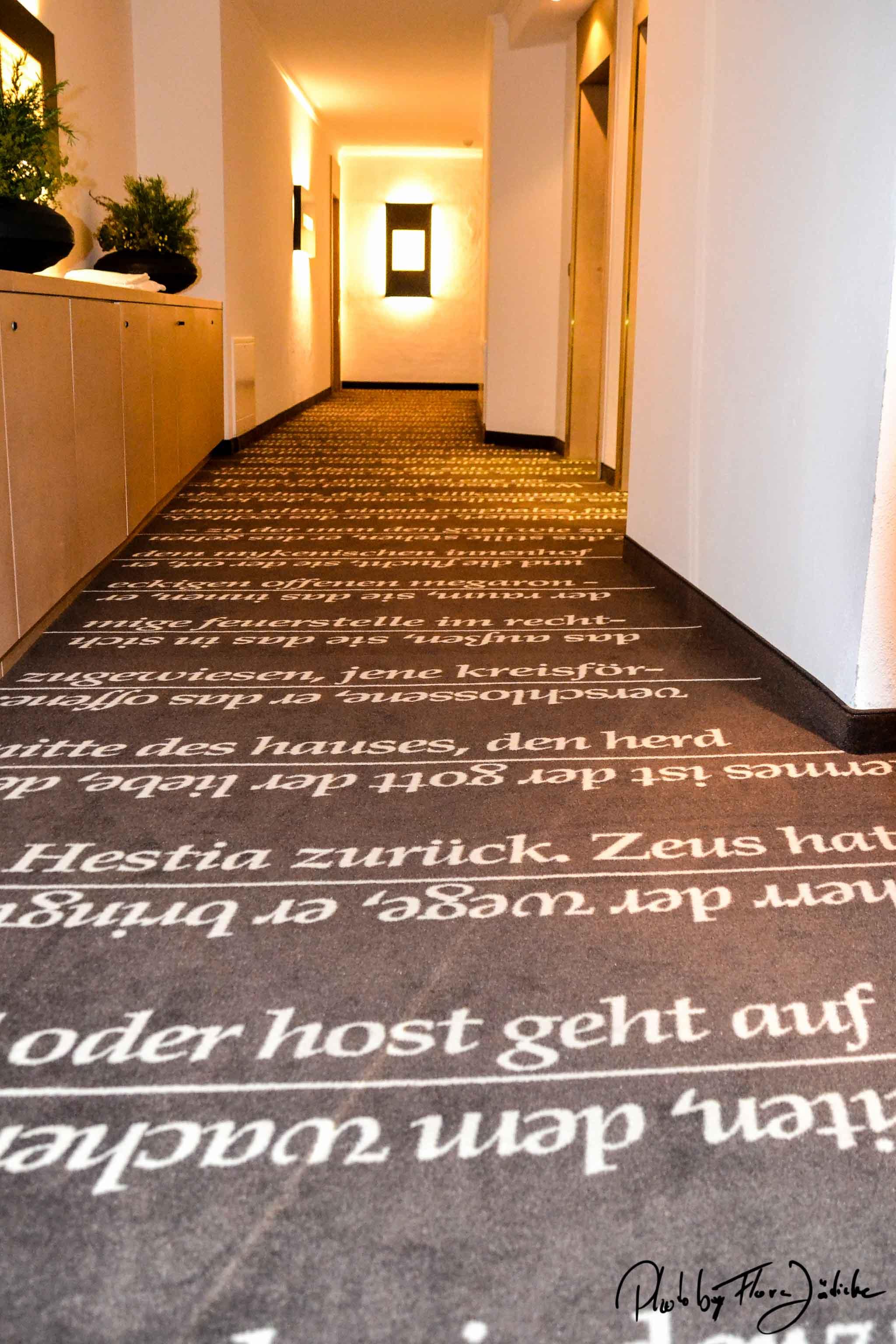 Der Teppich mit Texten von Raoul Schrott. Foto: Flora Jädick