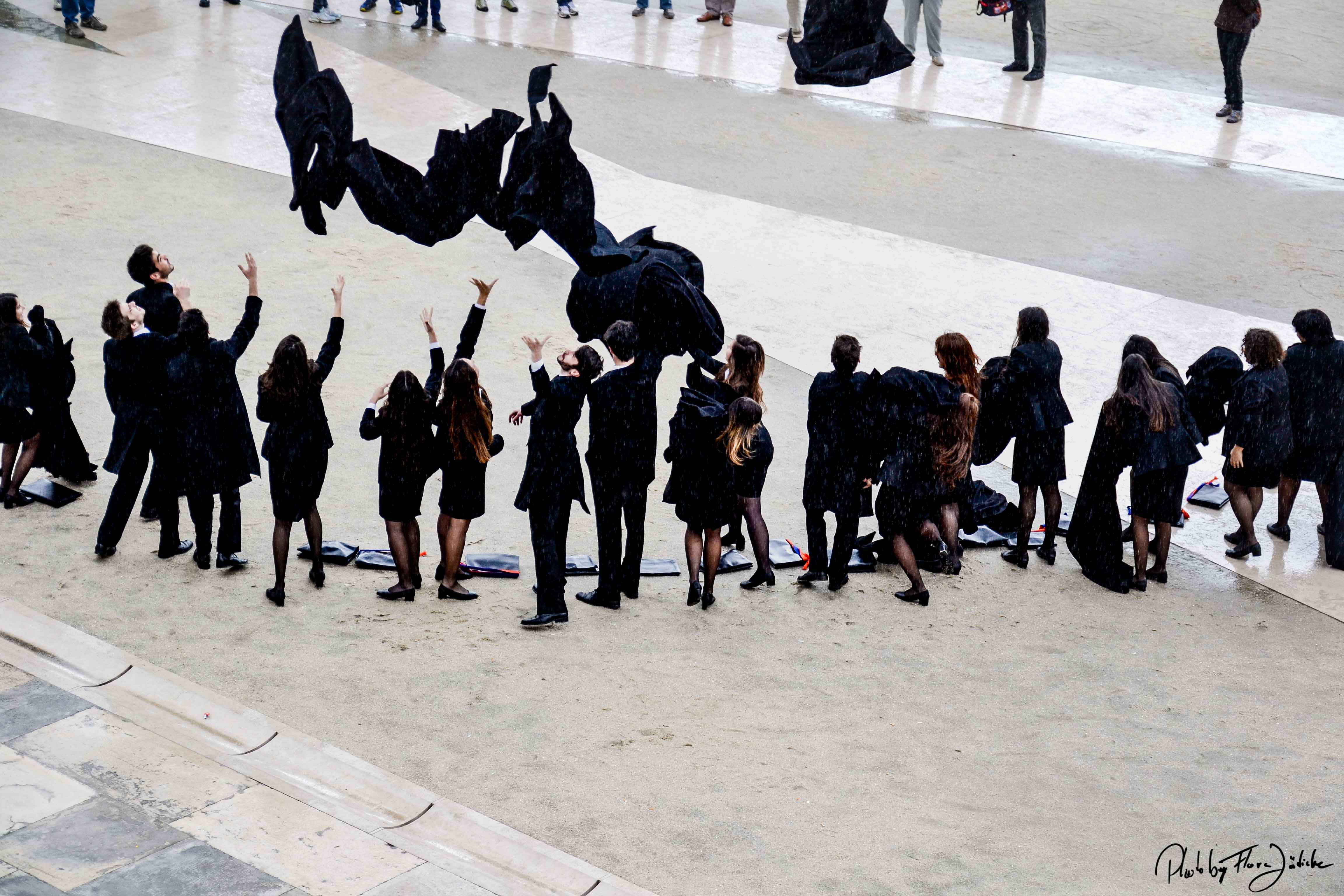 Studenten werfen die Talare an der Universität Coimbra. Foto: Flora Jädicke