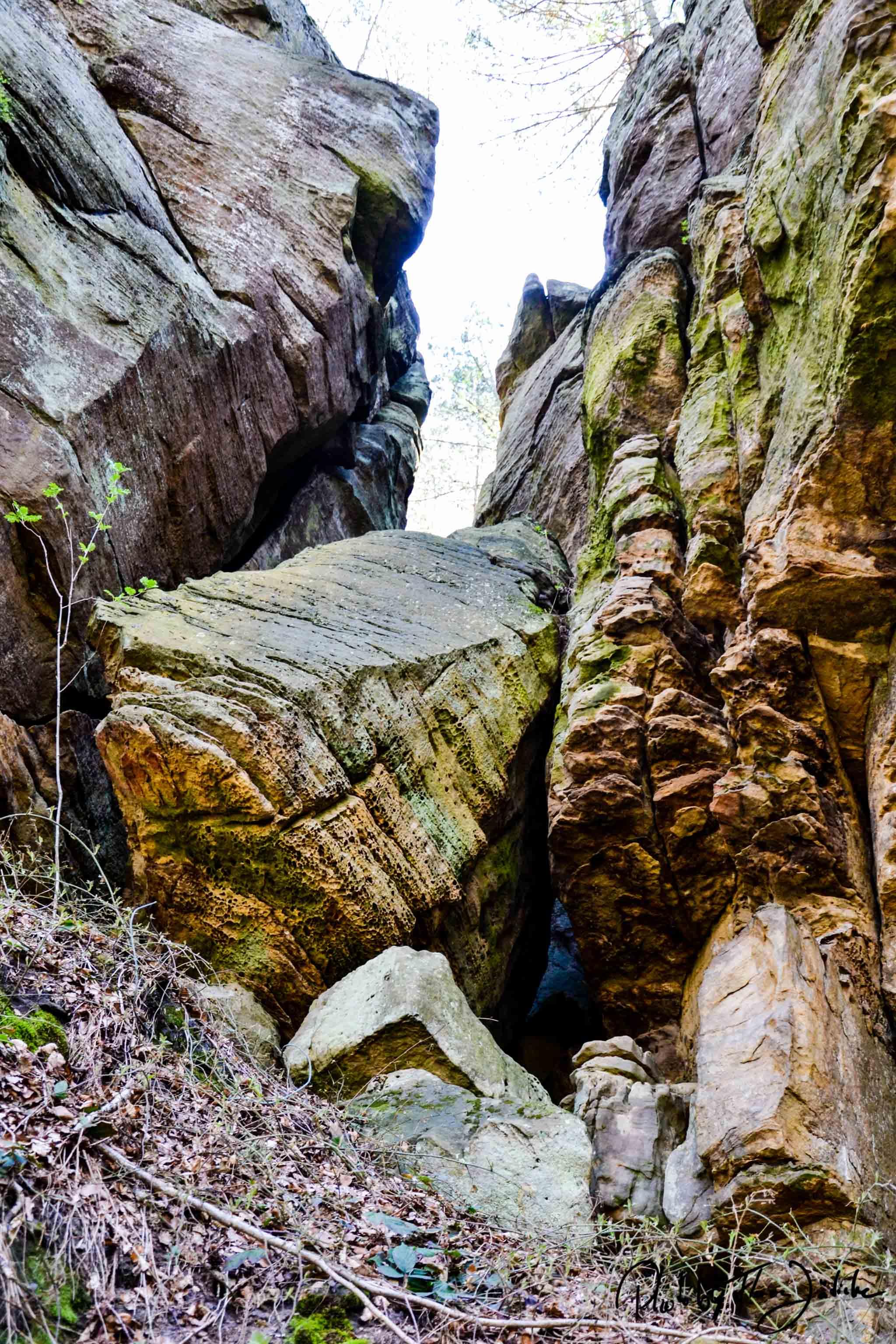Dramatische Felsformationen auf dem Felsenweg im Naturpark Delux. Foto: Flora Jädicke