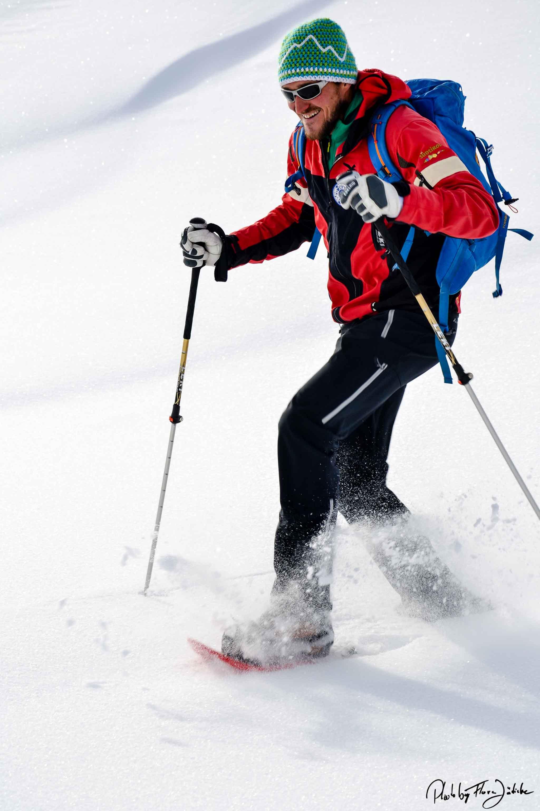 Fast wie Freeriden. Max Willeit tanzt fast auf seinen Schneeschuhen den Berg hinunter. Foto: Flora Jädicke