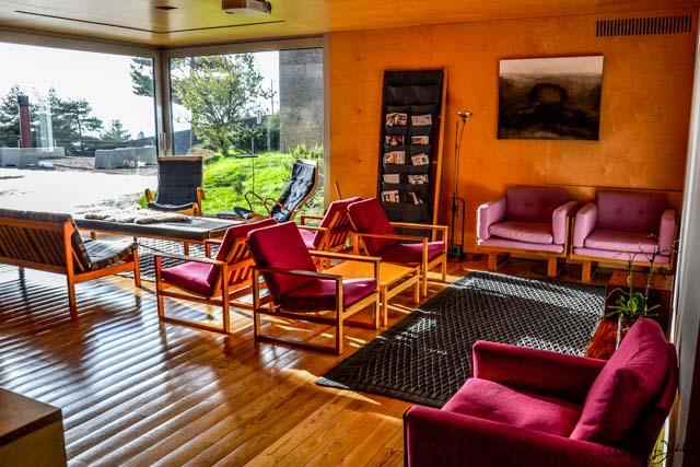 Lounge mit Kamin im Hotel