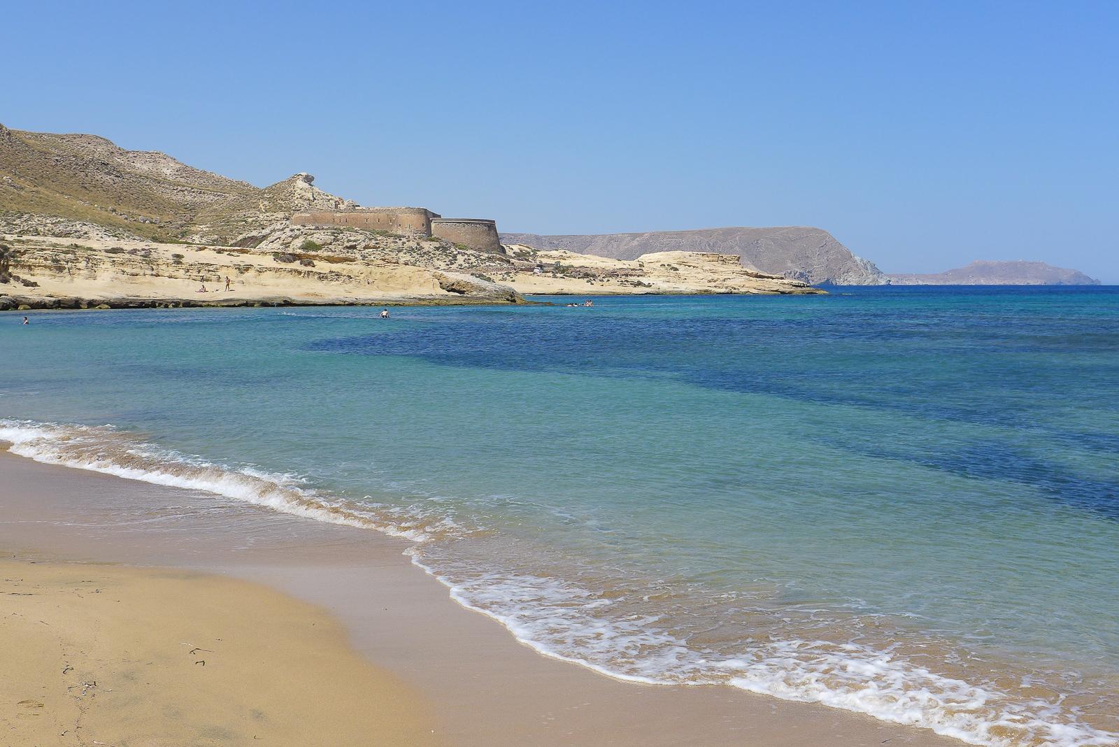 Traumstrand El Playazo, mit dem Castillo de San Ramón.. Foto. Ulirike Wiebrecht