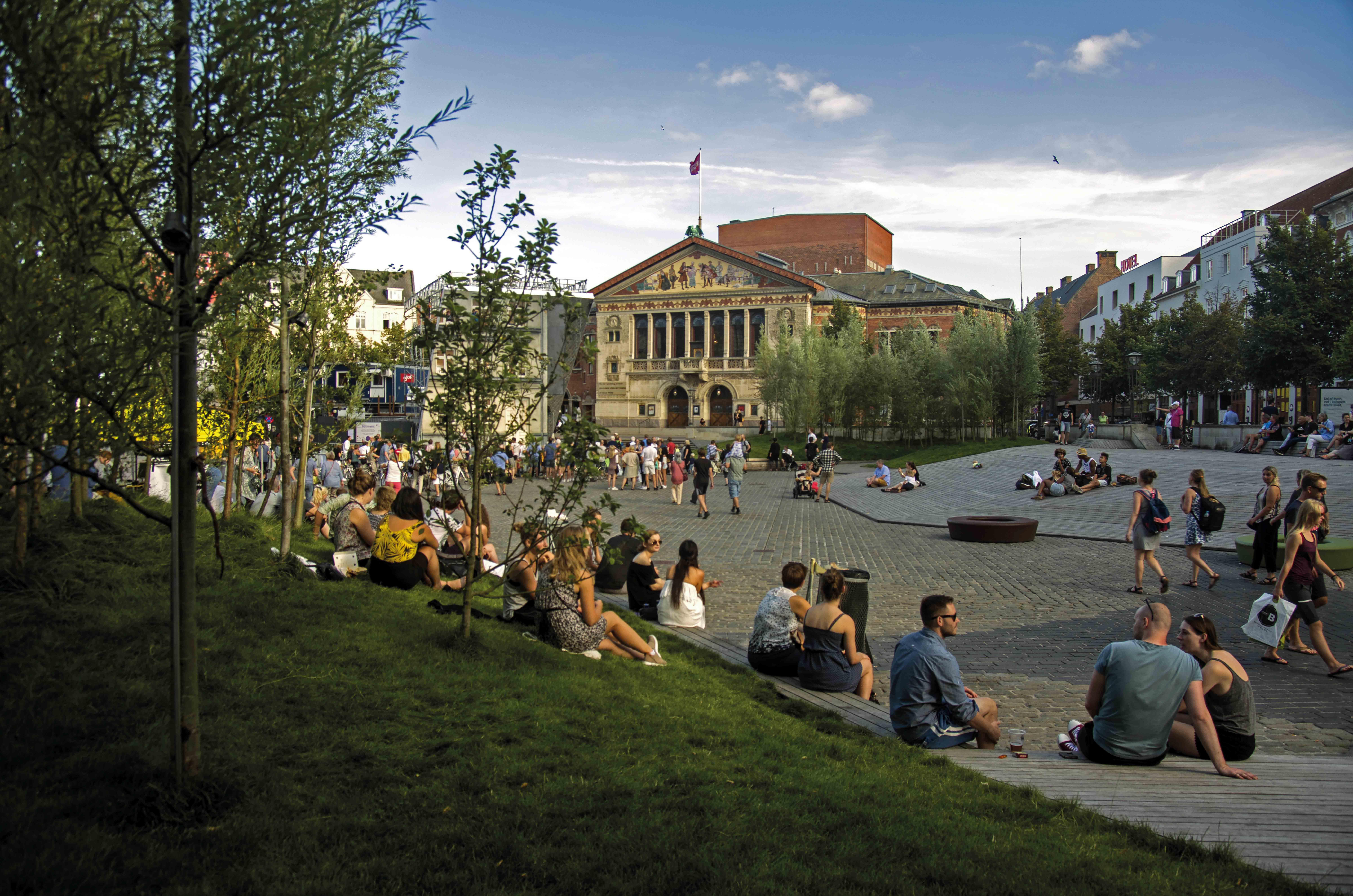 Der Landschaftsarchitekt Sch¯nherr gestaltete Bispetorv am Dom neu mit einem Park.