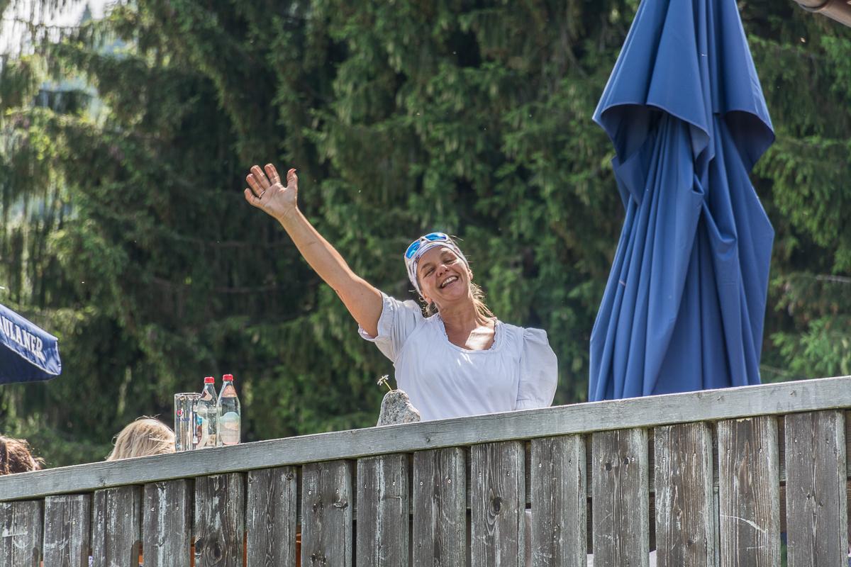 Silvia winkt ihren Gästen gerne zum Abschied und juchzt manchmal auch dabei. Foto: Flora Jädicke