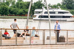 Yacht und Besucher am Wharf in Washington DC. Foto: Flora Jädicke