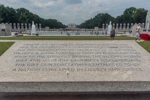 Gedenktafel am WW II Memorial mit Blick auf das Lincoln Memorial. Foto: Flora Jädicke
